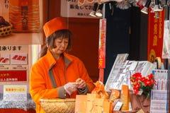 Chinese voedselverkoper aan de kant van straten van Yokohama-Chinatown Stock Afbeelding