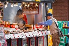 Chinese voedselverkoper aan de kant van straten van Yokohama-Chinatown Royalty-vrije Stock Afbeeldingen