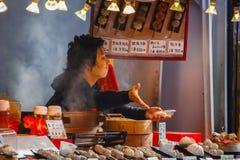 Chinese voedselverkoper aan de kant van straten van Yokohama-Chinatown Royalty-vrije Stock Foto