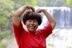 Chinese vrouw bij shuhaipubuwaterval, rgb adobe royalty-vrije stock fotografie