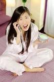 Chinese vrouw boos op de telefoon die laat voor het werk zijn royalty-vrije stock foto's