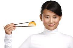 Chinese vrouw die Aziatisch voedsel tonen die eetstokje gebruiken royalty-vrije stock foto's