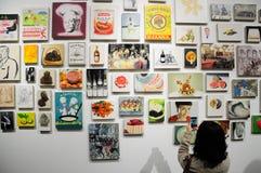 Chinese vrouw die beelden van art. nemen Royalty-vrije Stock Foto's