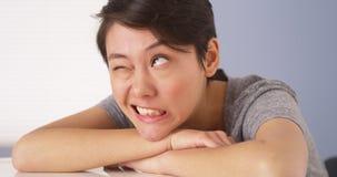 Chinese vrouw die dwaze gezichten maken bij camera royalty-vrije stock fotografie
