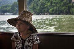 Chinese vrouw die in een boot in Li River dichtbij de stad van Yangshuo reizen Stock Fotografie