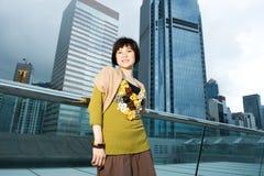Chinese vrouw die pret heeft in openlucht Royalty-vrije Stock Afbeeldingen