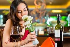 Chinese vrouw die in restaurant op datum wachten Royalty-vrije Stock Foto's