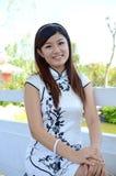 Chinese vrouw die witte cheongsam draagt Stock Foto's