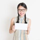 Chinese vrouw die witte lege document kaart houden royalty-vrije stock afbeelding