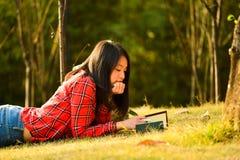 Chinese vrouw in het park Royalty-vrije Stock Foto's