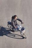Chinese vrouw op een fiets met een mand, Peking, China Stock Foto's