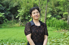 Chinese vrouw op middelbare leeftijd in aard Royalty-vrije Stock Afbeelding