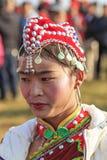 Chinese vrouw in oude Chinese kleding tijdens het festival van de de Perenbloem van Heqing Qifeng Stock Afbeelding