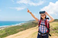 Chinese vrouwelijke toerist die de VR-technologie houden Stock Afbeelding