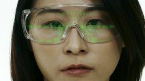 Chinese vrouwelijke wetenschapper die in veiligheidsbril code bekijken stock videobeelden