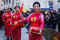 Chinese vrouwen in traditioneel kleding, spel en dans door s Royalty-vrije Stock Foto