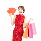 Chinese woman holding shopping bags and Red envelopes Royalty Free Stock Photos