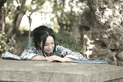Free Chinese Woman In Traditional Blue And White Hanfu Dress Climb Over The Stone Table Royalty Free Stock Images - 94234299