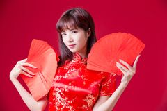 Free Chinese Woman Show Red Envelope Royalty Free Stock Photos - 133741638
