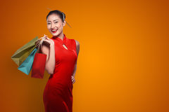 Chinese woman wearing cheongsam hold shopping bag Royalty Free Stock Photos