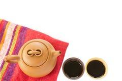 Chinese-Yixing-Lehmteesatz mit Teekanne und Schalen mit heißem Schwarzem Stockbild