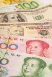 Chinese yuans, Europese euro nota's en Amerikaanse dollars Stock Afbeeldingen