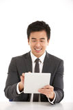Chinese Zakenman die aan de Computer van de Tablet werkt Royalty-vrije Stock Afbeelding