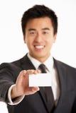 Chinese Zakenman die Adreskaartje aanbiedt Stock Afbeelding