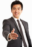 Chinese Zakenman die uit Han bereikt te schudden Royalty-vrije Stock Foto's