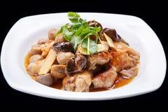 Chinesen rühren das Fischrogenhuhn und -pilz, die auf schwarzem Hintergrund, chinesische Küche lokalisiert werden Stockfoto