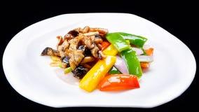 Chinesen rühren das Fischrogenhuhn und -pilz, die auf schwarzem Hintergrund, chinesische Küche lokalisiert werden Stockfotografie