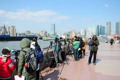 Chinesen visieren das Sehen auf dem Huangpu-Fluss an Stockfotos