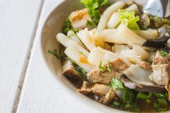 Chineserollennudelsuppelebensmittel ist- billig und geschmackvoll Essen Sie es im Land von Thailand stockfotografie