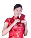 Chinesewoman con il pacchetto rosso fotografie stock libere da diritti