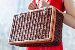 Chinesin, die einen hölzernen Koffer für orientalisches Reisekonzept der Weinlese hält lizenzfreie stockfotografie