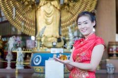 Chinesin, die traditionelles Kostüm während der chinesischen neuen Jastimme trägt lizenzfreie stockfotos