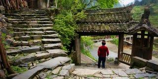 Chinesin, die in traditionelles Landschaftsdorf geht stockbilder