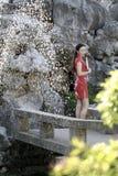 Chinesin im cheongsam durch einen Brunnen in alter Stadt Mudu Lizenzfreie Stockbilder