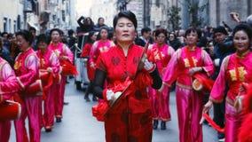 Chinesinnen im Trachtenkleid, im Spiel und im Tanz durch das s Lizenzfreie Stockfotografie