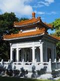 Chinesisch-ähnlicher offener Pavillon unter Vegetation stockfoto
