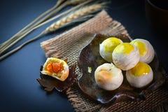 Chinesisch - der thailändische Nachtisch, der von Mehl zu Backhitze gemacht wurde, stampfte gol lizenzfreie stockfotografie