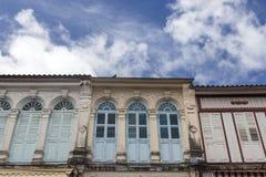 Chinesisch-portugiesische Architektur beeinflußte Gebäude in Phuket Stockbild