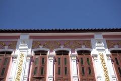 Chinesisch-portugiesische Architektur beeinflußte Gebäude in Phuket Stockbilder