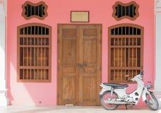 Chinesisch-portugiesische Art der alten rosa Gebäude mit Motorrad in Phuk lizenzfreie stockfotos