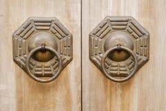 Chinesische alte Bronzeverriegelung in der hölzernen Tür. Lizenzfreie Stockfotos