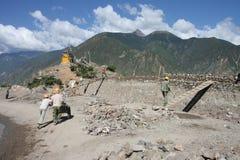 Chinesische Arbeitskräfte, die eine Wand aufbauen Stockbilder