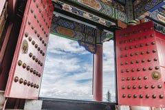 Chinesische Architektur mit der Tür offen Stockfotografie