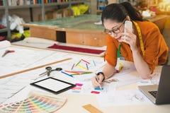 Chinesische Asiatin taliks, welche die Skizze zeichnen lizenzfreie stockbilder