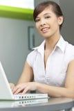 Chinesische asiatische Frau, die Laptop-Computer verwendet Lizenzfreies Stockbild