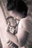 Chinesische asiatische malaysische Mutter und ihr neugeborenes Kinderbaby Stockfotografie